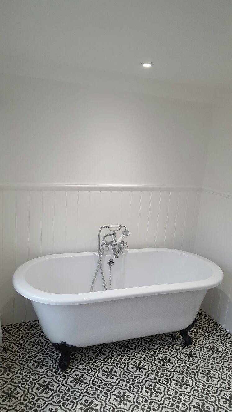 white coloured bathtub