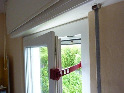 immagine dall`alto finestra con fermo finestra