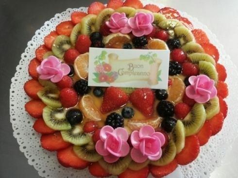 Torta di compleanno con fette di frutta