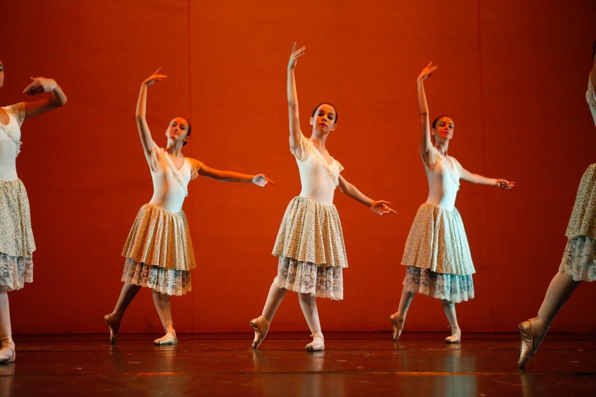 tre ballerine sul palco con luci rosse