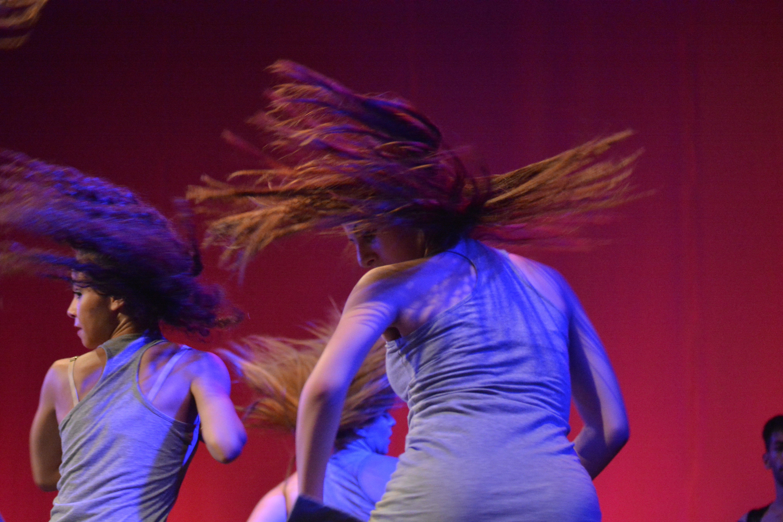Ragazza di schena che balla