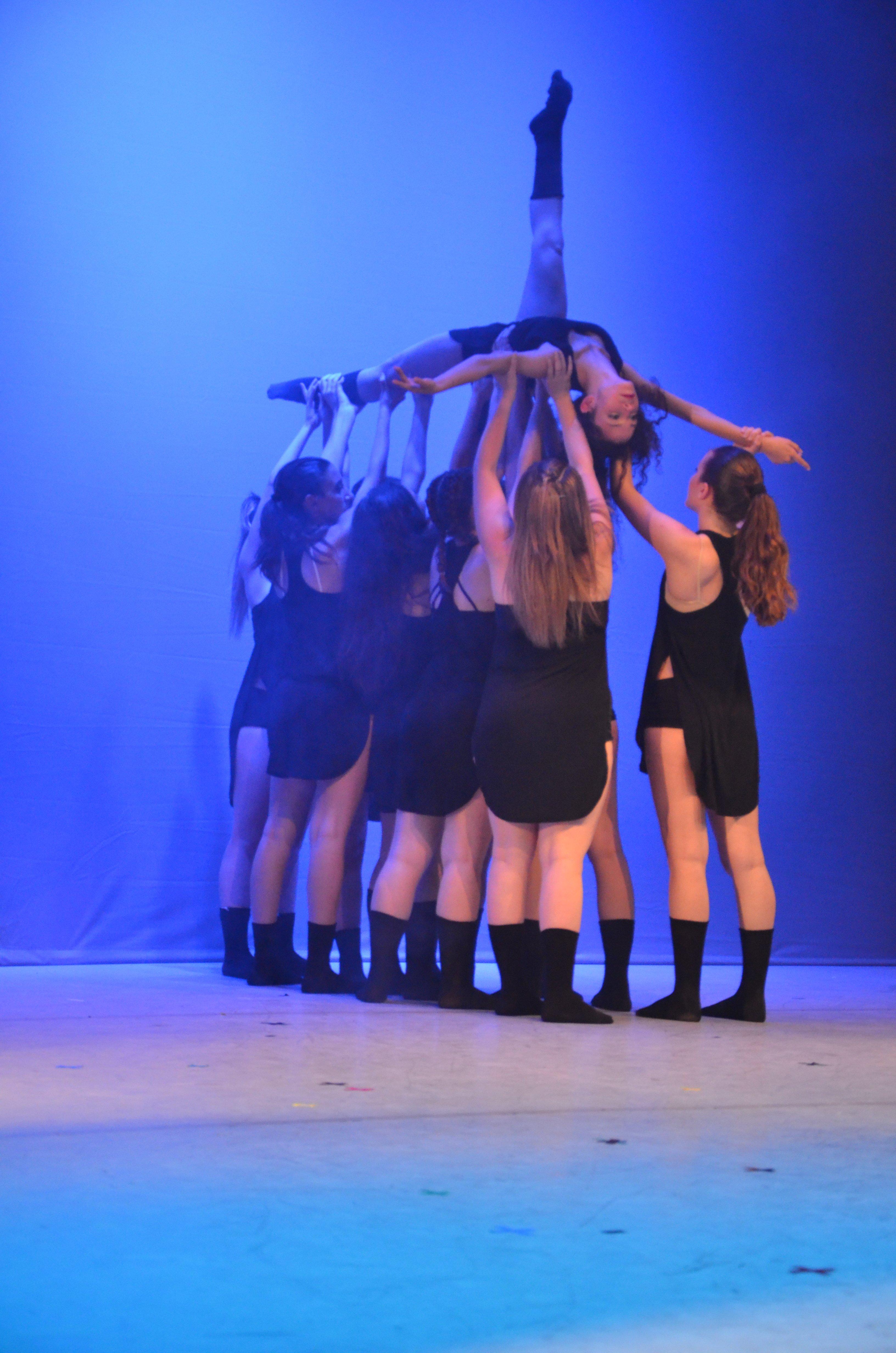 Gruppo di ballerini sul palco