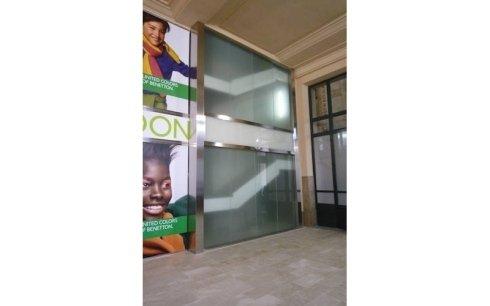 realizzazione porte in vetro per negozi