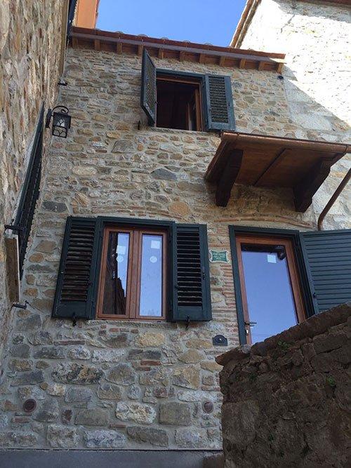 delle finestre con le persiane aperte