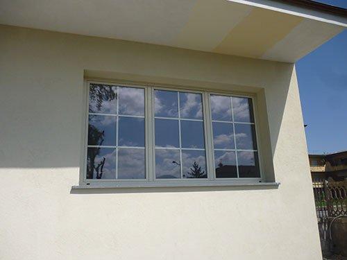 una finestra grigia