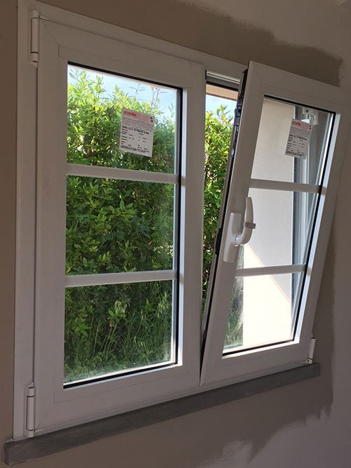 una finestra bianca semi aperta
