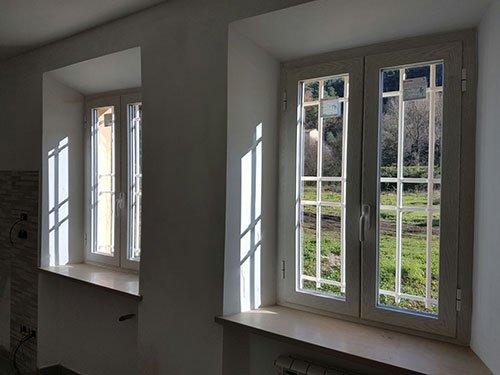 delle finestre con delle griglie