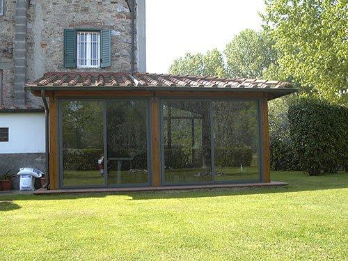 un prato e una veranda