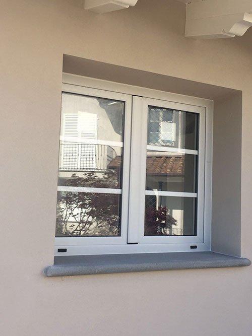 una piccola finestra bianca