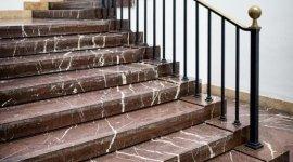 scalini in marmo, scale in pietra, rivestimento in pietra per scale