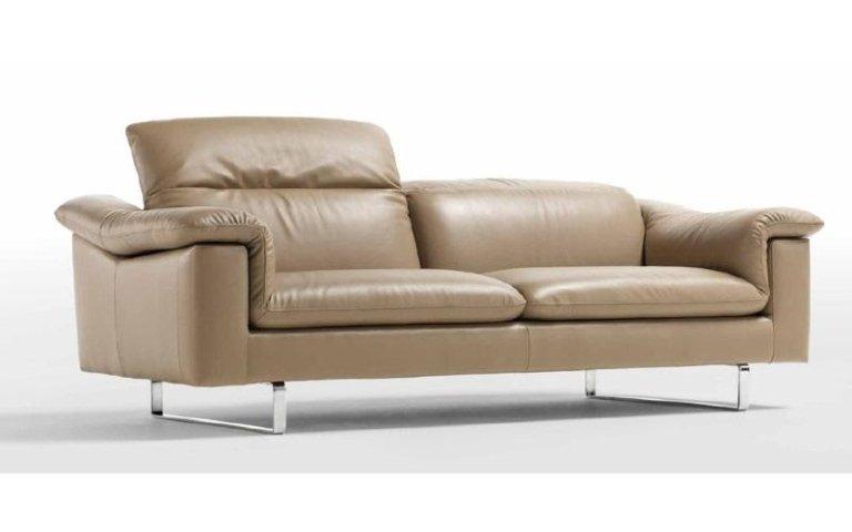 divano pelle marrone chiaro