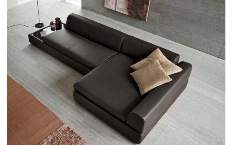 divano marrone scuro