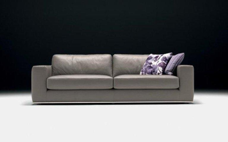 divano grigio pelle
