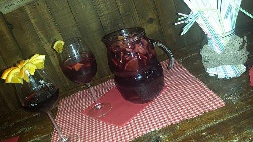 due bicchieri e una caraffa di sangria