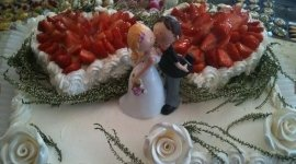 torta nuziale, torta con decorazioni, torta con panna e fragole