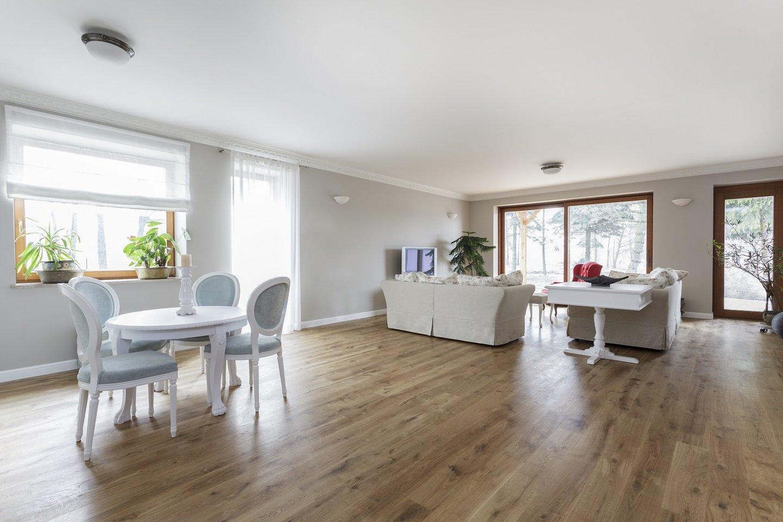 stanza da pranzo con pavimentazione in legno