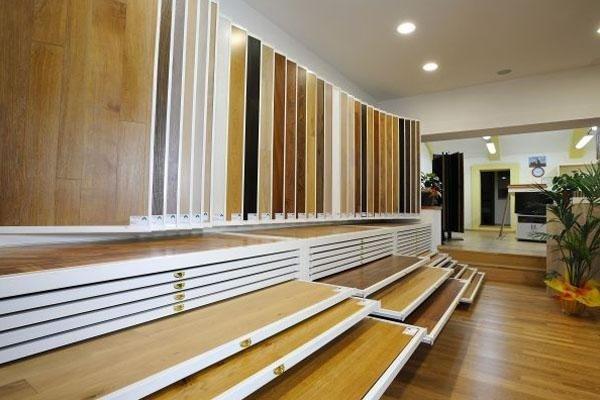 esposizione di listoni in legno di diverso colore
