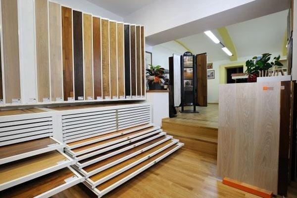 esposizione di listoni in legno per pavimenti