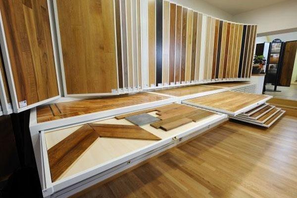 esposizione di listoni di legno per parquet