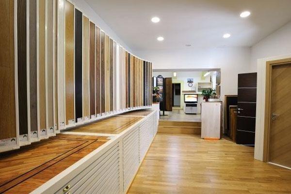 legno per parquet in esposizione all'interno dello showroom