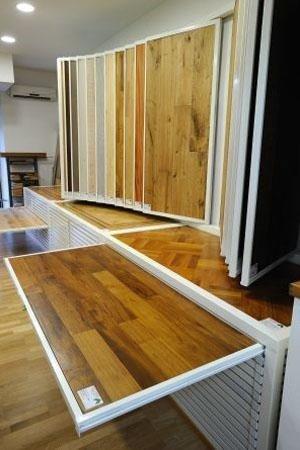 essenze di legno in esposizione all'interno del negozio