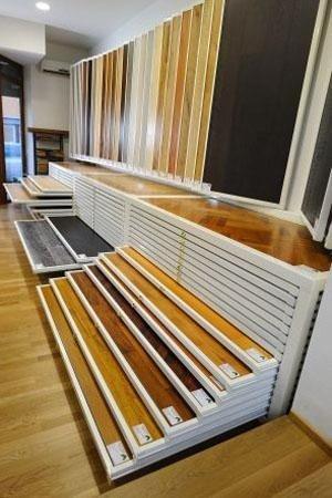 diverse essenze di legno in esposizione nel punto vendita