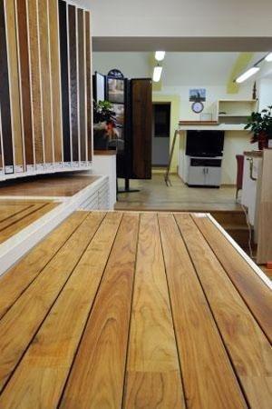 primo piano di listoni in legno chiaro