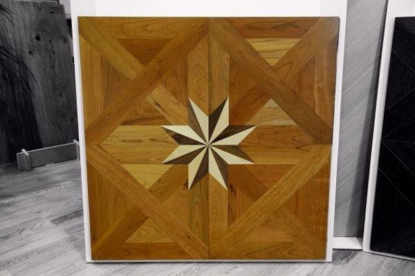 modulo di parquet di legno chiaro con intarsio
