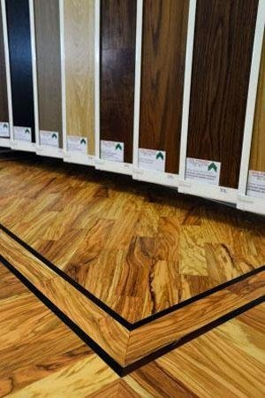 dettaglio parquet in legno del punto vendita