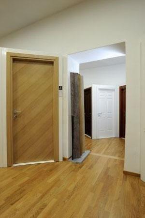 porta in legno chiaro in esposizione
