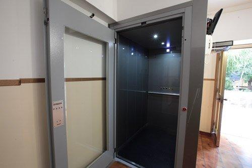 ascensore con porta aperta