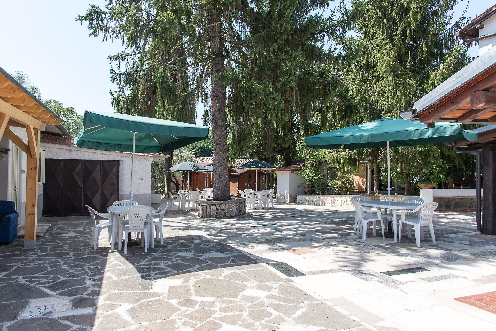 terrazza con ombrelloni