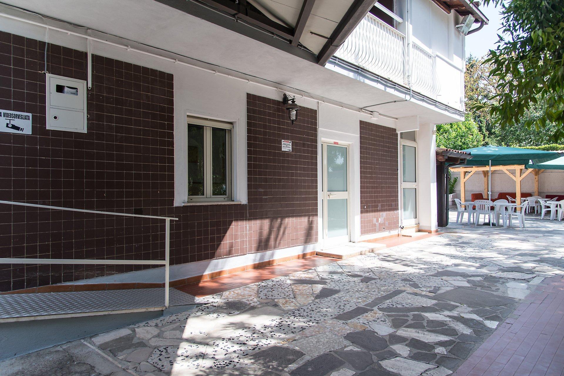 struttura bianca con porte in legno marrone