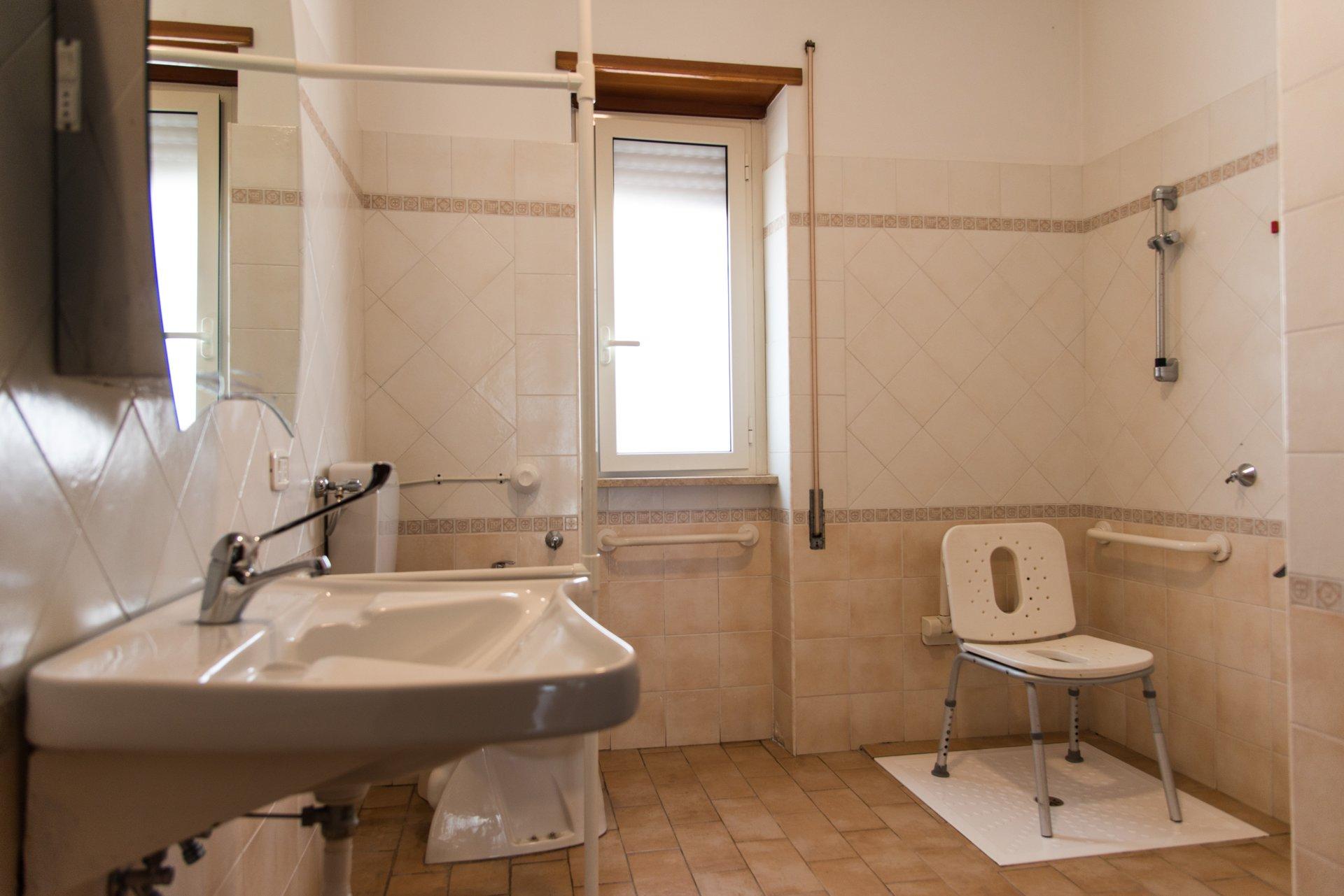 lavandino, finestra e sedia