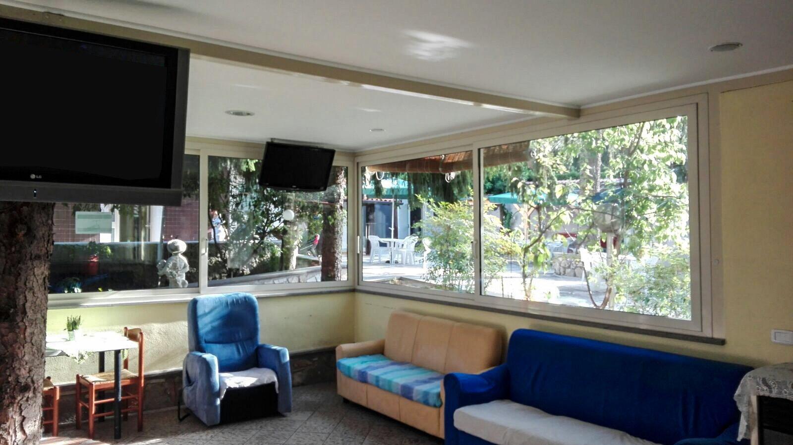 divani blu e finestroni