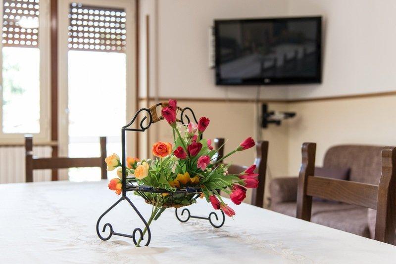fiori su un tavolo