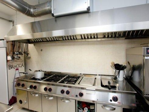 La cucina dispone di attrezzature professionali, per rispondere al meglio ad ogni situazione.