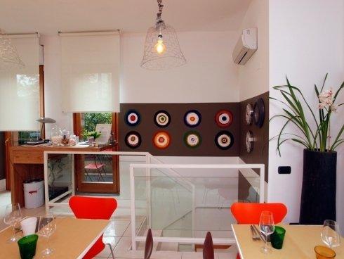 La struttura, di recente realizzazione, offre un ambiente vivace agli occhi della clientela.