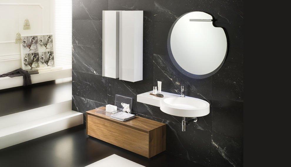 un bagno con un muro in marmo di color nero e un lavabo