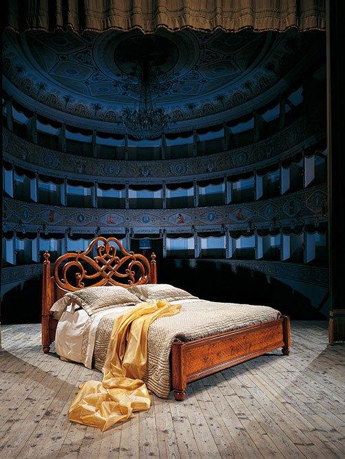 un letto su un palco e dietro vista di un teatro