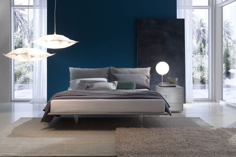 un letto matrimoniale in una camera da letto moderna
