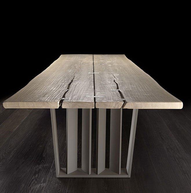 un tavolo in legno chiaro