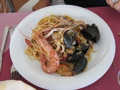 I nostri spaghetti allo scoglio con gamberi, cozze, vongole, calamari e bocconcini di pesce