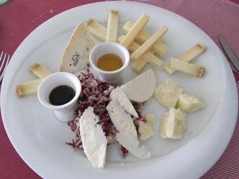 Assortimento di formaggi con miele e saba