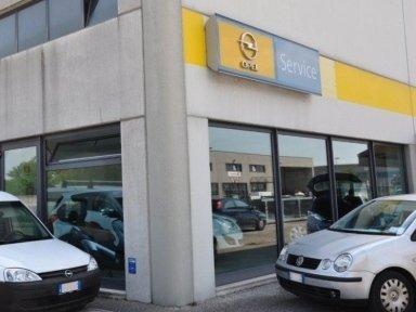 esterno dell'autofficina autorizzata Opel