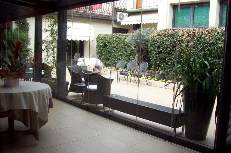 Sala con ampia vetrata