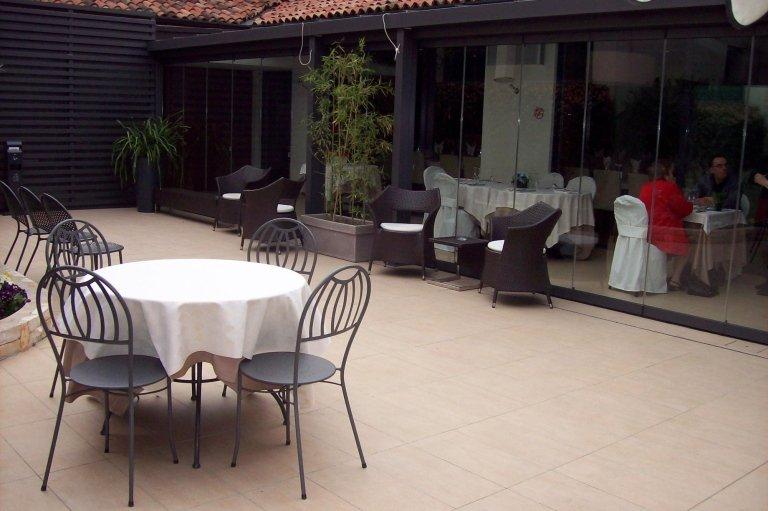 Giardino con tavolini