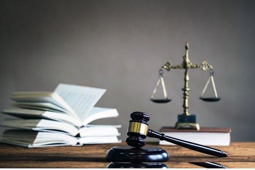 bilancia della giustizia martello da giudice e libri