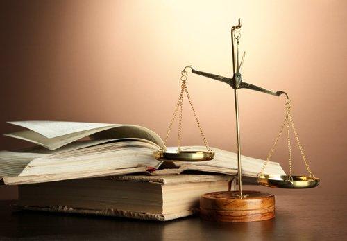 bilancia della giustizia accanto ad alcuni libri
