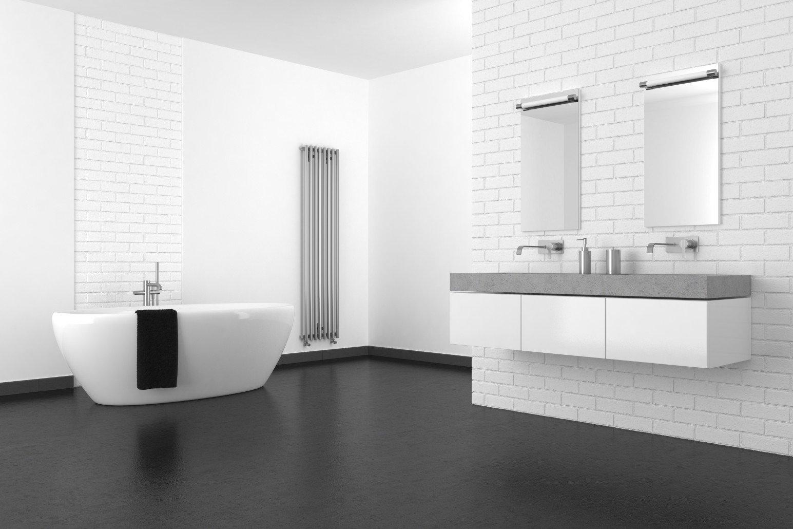 Bagno bianco, pareti di mattone bianco, doppio lavabo e vasca